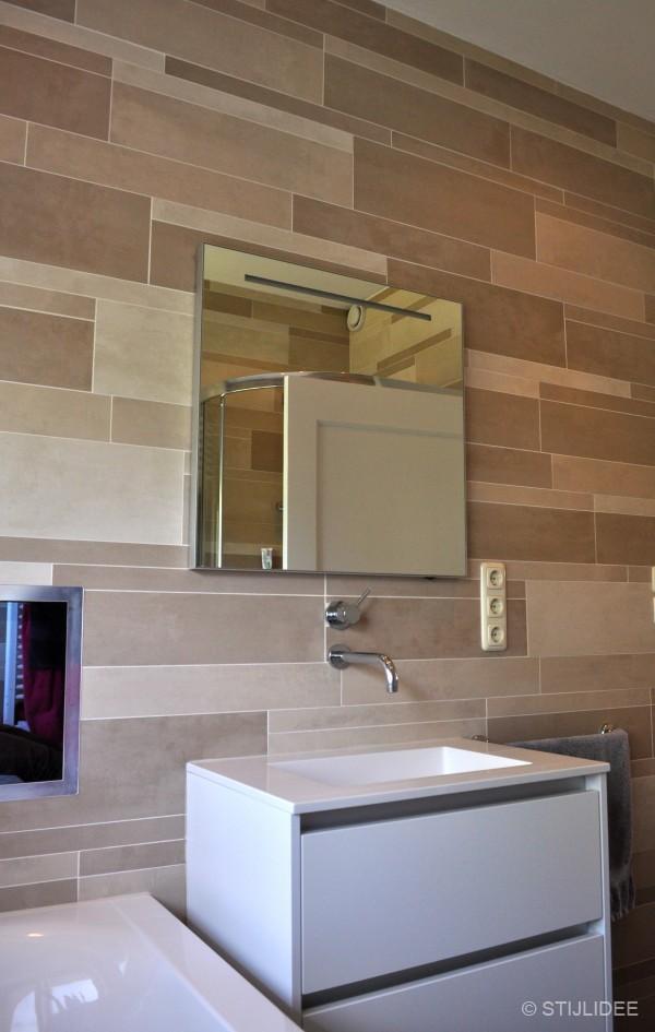 Een speels effect geven de wandtegels in de badkamer die van afmeting ...