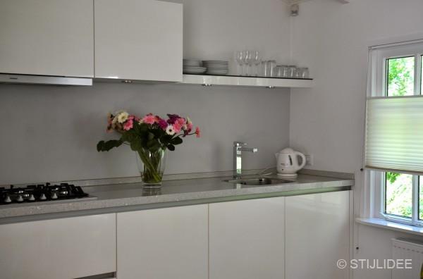 Keuken Lichtgrijs : Binnenkijken in ? een modern landelijke woonboot in Utrecht na