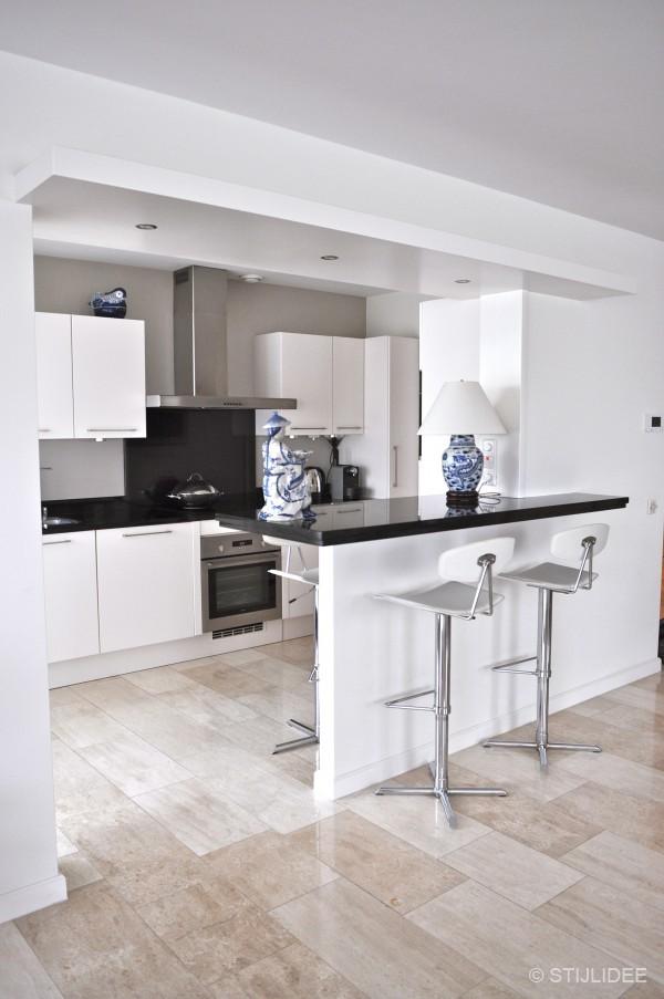 Witte Keuken Taupe Muur: Witte hoogglans keuken met taupe muur ijswit.