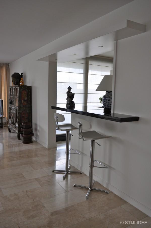 Binnenkijken in een amsterdams loft appartement in aziatische stijl for Open keuken met bar
