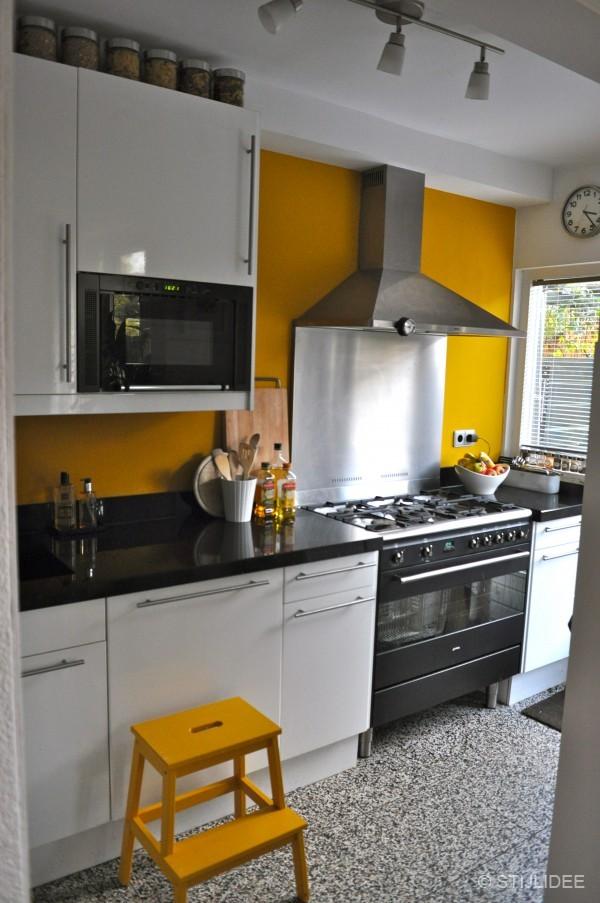 De muur van de keuken is geverfd in extra matte muurverf in de kleur ...