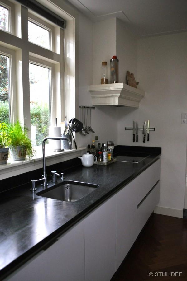 In de hal en de keuken ligt de originele visgraatvloer in roodbruin ...