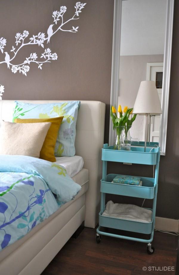 Bed Trolley: Als nachtkastje voor naast je bed met een lamp, boeken ...