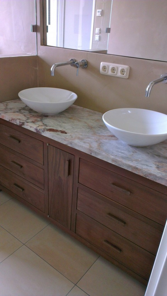 ... : Binnenkijken in een badkamer met waterdichte beton gestucte wanden