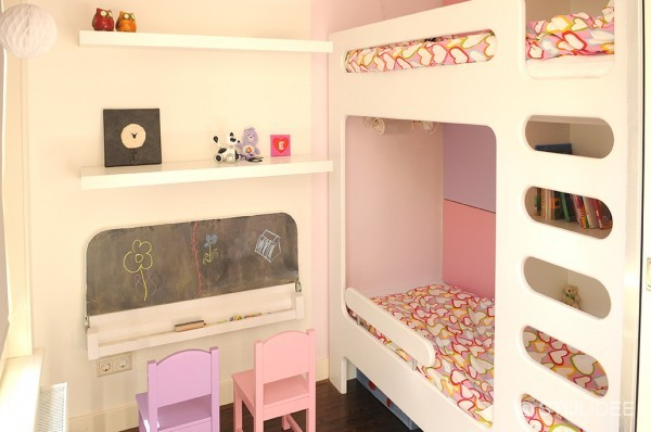 Binnenkijken in een roze paarse meisjeskamer met stapelbed en kast op maat - Kleur van meisjeskamers ...