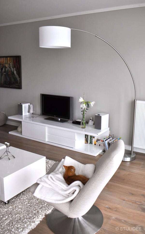 Binnenkijken in een appartement in moderne design stijl - Muur wit en taupe ...